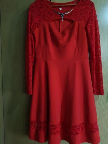 Красное платье с кружевными рукавами