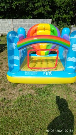 Dmuchana trampolina dla dziecka
