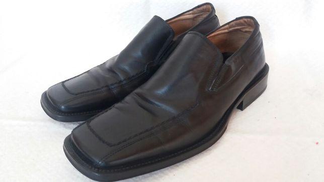 Sapatos pretos em pele genuína marca Bata (tam. 40)