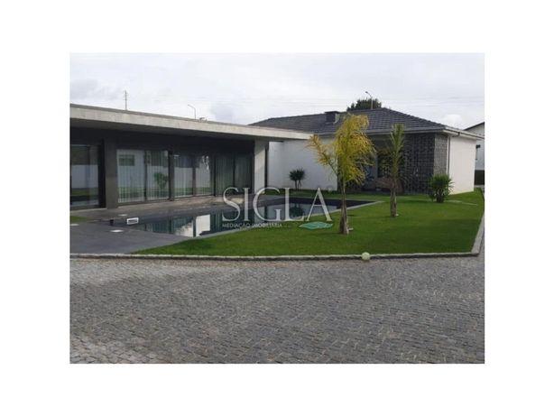 Moradia T3, com piscina, em Arcozelo