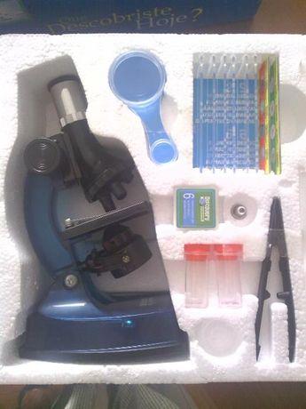 Microscópio Discovery com 3 lentes de aumento e luz própria