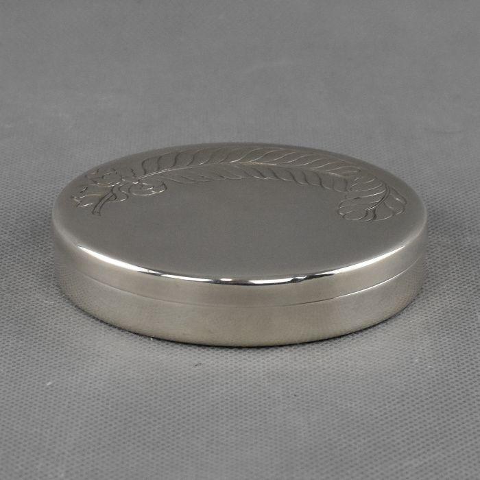 Caixa redonda em prata Portuguesa decorada com pena na tampa