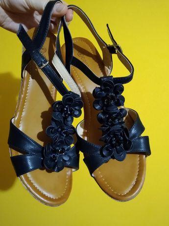 Nowe czarne sandały na koturnie 40
