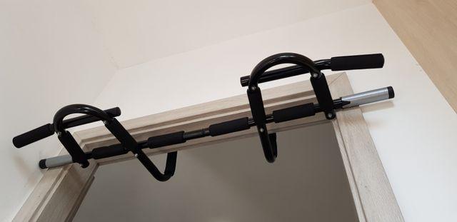 Drążek wielofunkcyjny do podciągania mocowany w drzwiach futryny fit