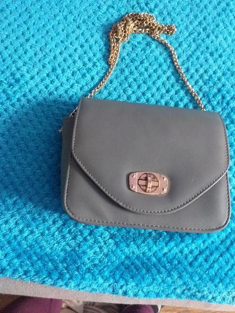 szara torebka ze złotym łańcuszkiem