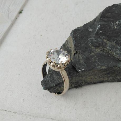 Złoty pierścionek  585 ( białe złoto )
