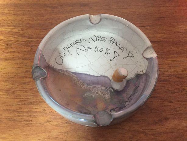 Ceramiczna popielniczka z zabawnym napisem.