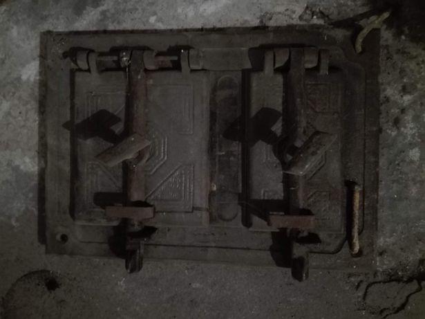 Drzwiczki od pieca kaflowego i rura do ściany