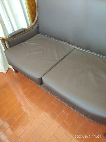 Sofa antigo forrado a napa castanha