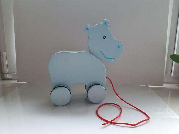 drewniana zabawka na kółkach z sznurkiem hipopotam niebieska