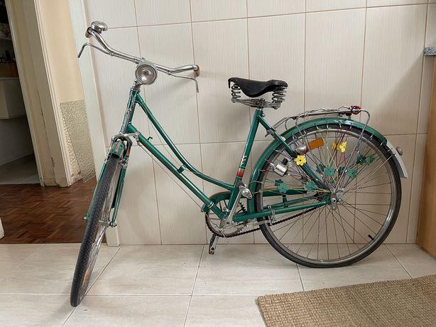 Bicicleta portuguesa vintage restaurada.