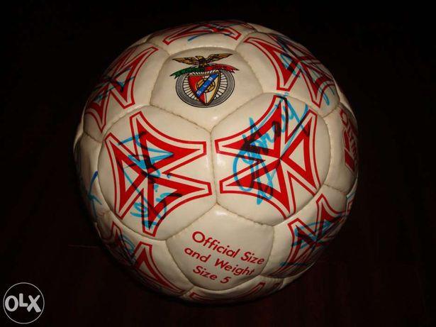 Bola de futebol com assinaturas da equipa do Benfica 96/97