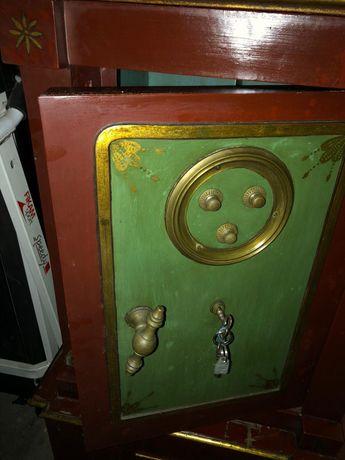 Cofre Antigo com chave e código
