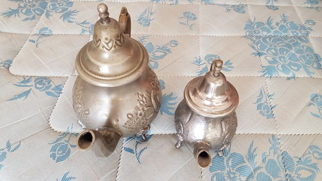Dois bules antigos imitação de casquinha
