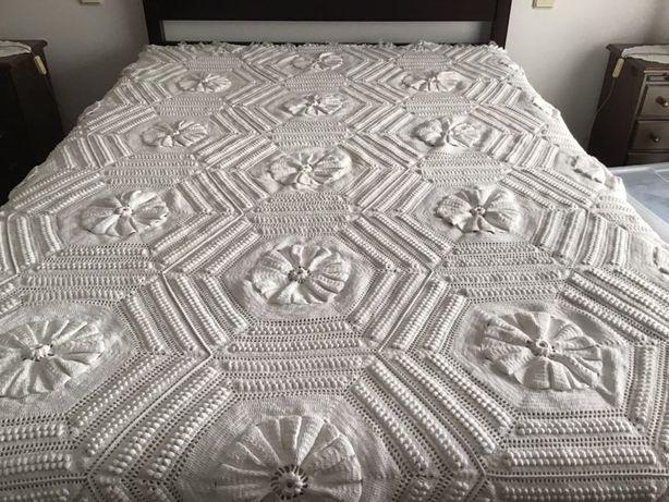 Colcha feita em crochet à mão em branco nova cama casal