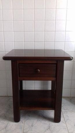 Mesa de cabeceira (madeira)