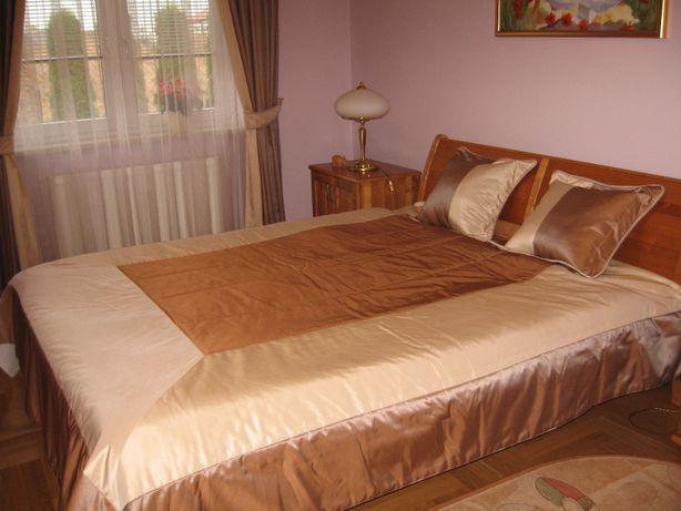 Narzuta pikowana do sypialni oraz dwie poduszki