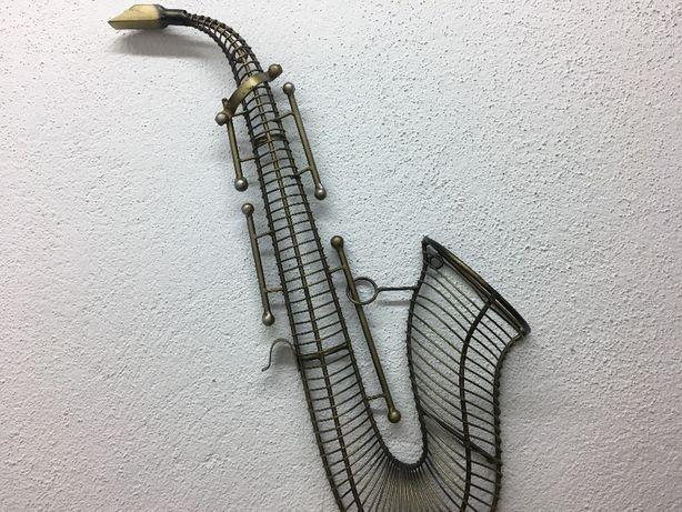 Saxofone metálico decorativo