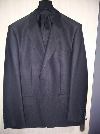 Garnitur męski ubrany raz