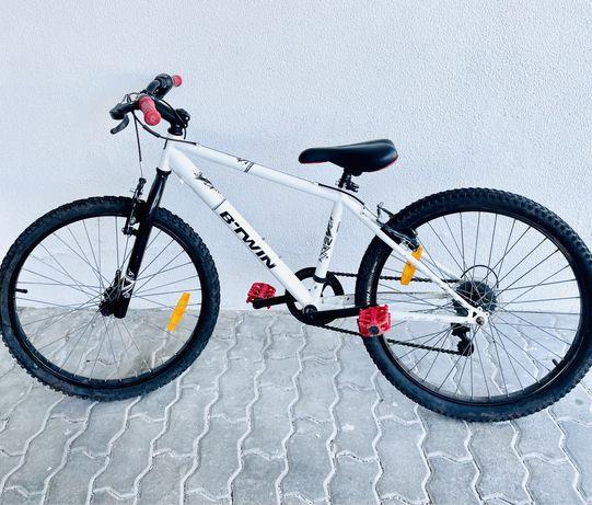 Bicicleta b-twin 90€em otimo estado branca preta e vermelha 7-12anos