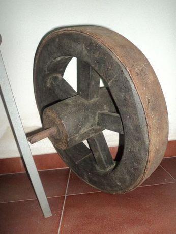Roda de carro muito antiga
