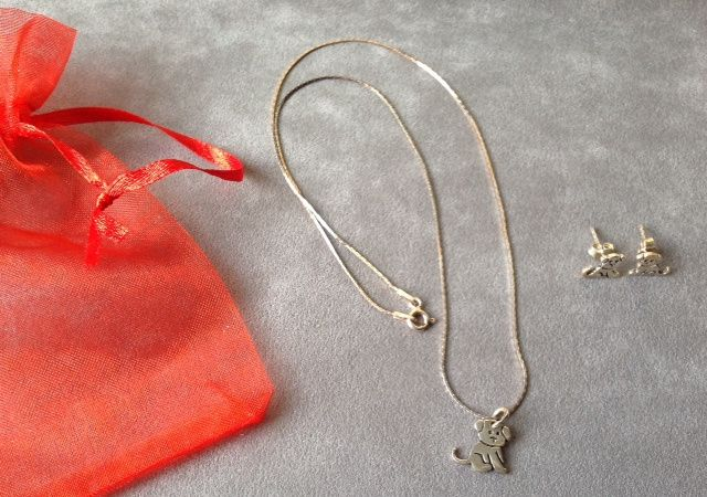 Conjunto de colar e brincos em prata com um cão