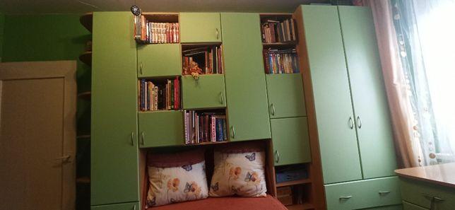 Детская/подростковая мебель с диваном и письменным столом.