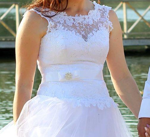 Ślubna suknia Góra wykończona koronką