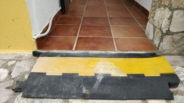 Esteira passa cabo para piso sujeito a transito