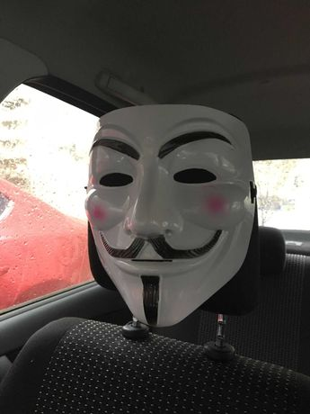 Маска Гай Фокс в автомобиле. Анонимус