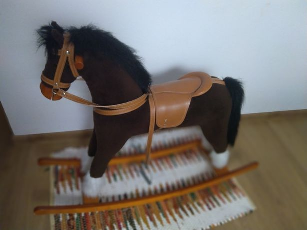 Duży koń na biegunach
