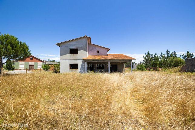 Parcela de terreno com construção de moradia iniciada