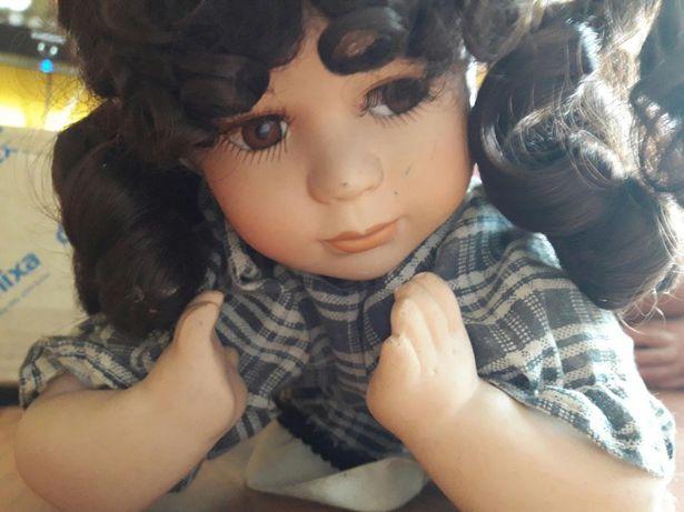 Lezaca lalka porcelanowa