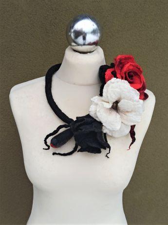 Kolia czerwona róża biały kwiat filc naszyjnik wełna rękodzieło