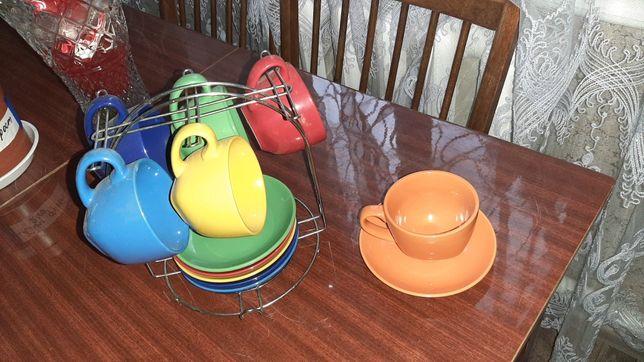 Чашки с блюдами на подставке