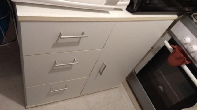 Móvel branco de cozinha