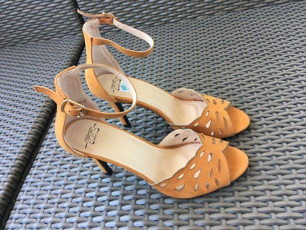 Sandália amarela lindíssima