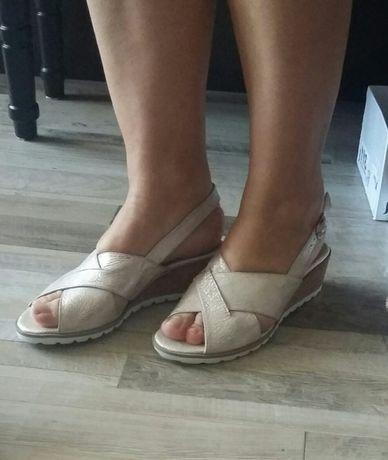 Sandały ,pudrowy róż, skóra, opalizujące.