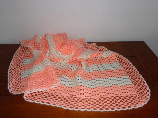 Manta para cama de bébé feita em croché