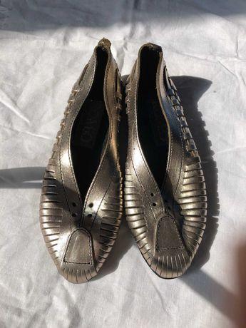 plecione buty o metalicznym kolorze , włoska produkcja