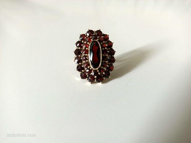 Zabytkowy pierścionek ze złota wysadzany granatami 31 kamieni