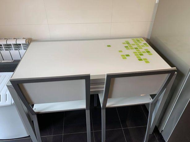 Mesa de Cozinha com gaveta e Dois Cadeiras