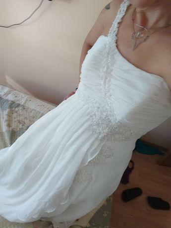 Suknia ślubna haftowana, na jedno ramię.