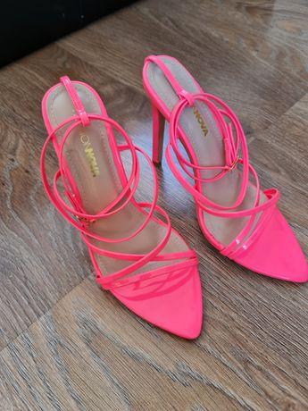 Różowe neonowe sandałki szpilki Fashionnova roz. 38 z USA super jakość