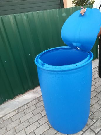 Bidons de 220 litros com aro e tampa