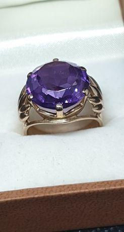 Złoty pierścionek z filoetowym kamieniem