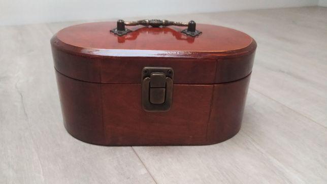 Drewniany kuferek, szkatułka