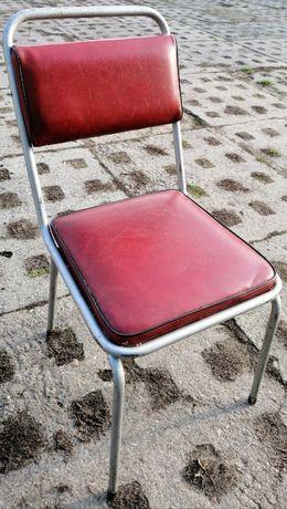 Krzesła tapicerowane na metalowych nogach z czasów PRL