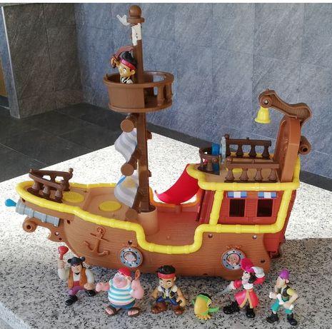 Barco Jake e os Piratas da Terra do Nunca + Figuras