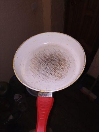 Продам сковородку красную